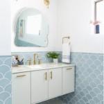 8-baie alba finisata cu faianta model solzi culoare bleu