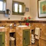 8-baie dubla cu mobila inzidita casa mica stil rustic