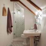 8-baie ingusta amenajata in mansarda unei case