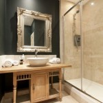 8-baie moderna cu mobilier vechi din lemn si vopsea lavabila neagra