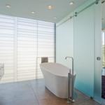 8-baie moderna cu perete din sticla si usa glisanta de sticla