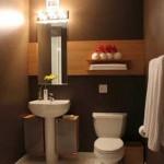 8-baie moderna cu peretii zugraviti cu lavabila ciocolatie