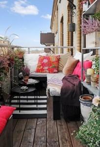 8-bancheta confortabila cu pernute decorative balcon mic