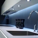 8-bat de lucru luminat cu ajutorul unor spoturi incastrate dedesubtul dulapurilor suspendate