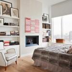 8-biblioteca frumoasa si aerisita montata pe peretele opus patului din dormitor