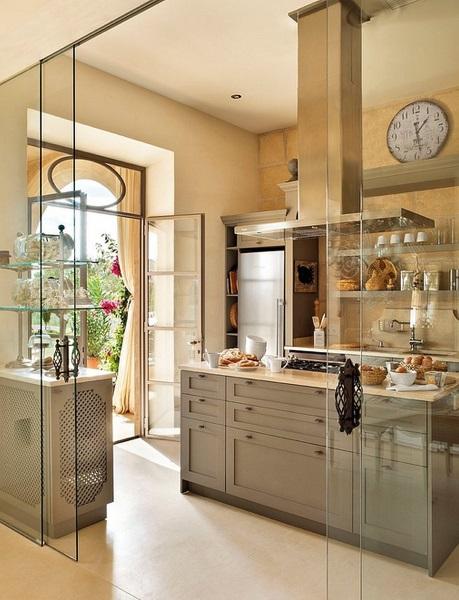 8-bucatarie cu insula de gatit separata cu pereti de sticla cu elemente din fier forjat Mallorca Spania