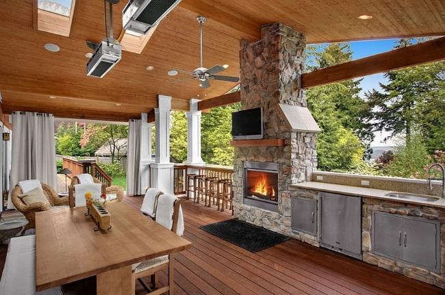 8-bucatarie de vara cu semineu si televizor amenajata in terasa casei