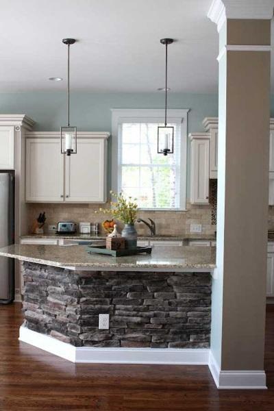 8-bucatarie eleganta cu mobila crem si insula placata cu piatra naturala