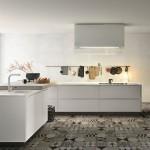 8-bucatarie moderna alba cu pardoseala gresie patchwork