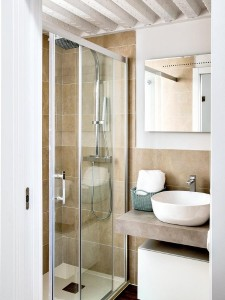 8-cabina de dus spatioasa baie apartament mic cu tavane inalte