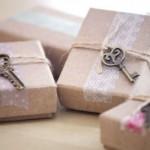 8-cadouri impachetate in hartie obisnuita legate cu sfoara si decorate cu chei vechi