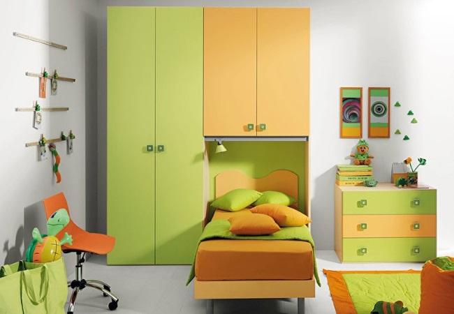 8-camera copil cu mobila portocaliu cu verde si pereti albi