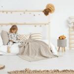 8-camera fetita cu salteaua direct pe pardoseala conform principiilor Montessori