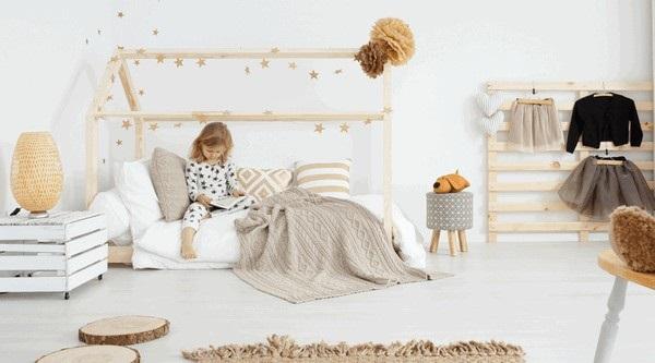 Amenajare Camera Montessori : 8 camera fetita cu salteaua direct pe pardoseala conform