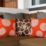 8-canapea maro cu pernute decorative portocalii si maro cu imprimeu