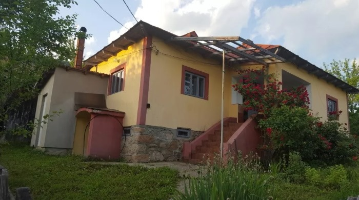casa cu beci 4800 mp teren Horezu
