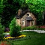 8-casa mica din piatra inconjurata de padure si flori