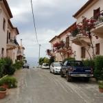 8-casute cu etaj pe o strada din Kardamili Peloponez Grecia
