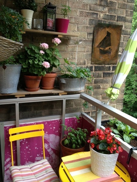 8-coltisor colorat amenajat intr-un mic balcon de apartament