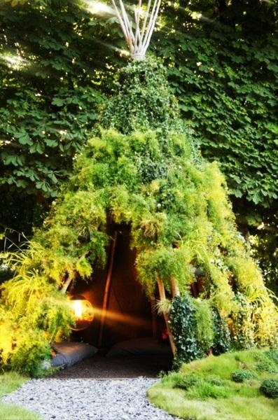 8-cort din ramuri de copac imbracate in plante verzi