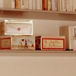 8-cutii decorative azate pe politele de deasupra canapelei