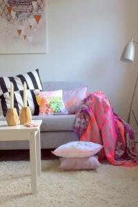 8-cuvertura si pernute colorate decor canapea gri