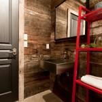 8-decor baie cu pereti finisati cu lemn reciclat