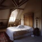 8-dormitor Provence cu fereastra tip lucarna si pat cu tablie supradimensionata