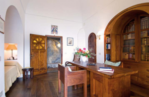 8-dormitor cu birou amenajat in stil clasic italian hotel torre di clavel positano amalfi italia