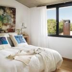 8-dormitor cu tavan mansardat decorat in nuante deschise casa moderna Barcelona