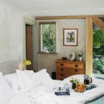 8-dormitor matrimonial amenajat in stil rustic cu iesire in terasa