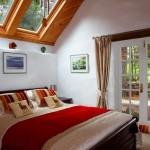 8-dormitor mic elegant cu ferestre pe tavan interior casa mica din piatra