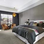 8-dormitor modern decorat cu tapet gri cu striatii verticale gri deschis