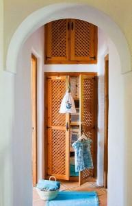 8-dulapuri incastrate in perete interior casa amenajata in stil rustic mediteranean
