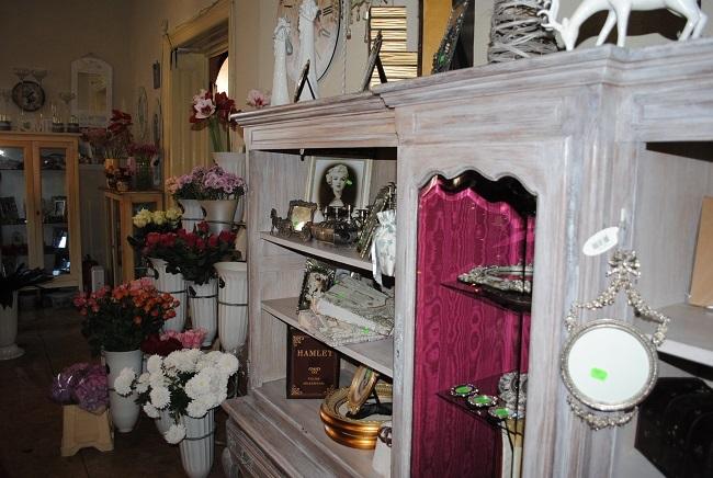 8-dulapuri pline cu decoratiuni si cadouri Thea Decor