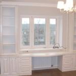 8-exemplu de proiectare dulapuri albe cu unui birou in jurul ferestrei