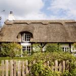 8-exterior casa veche din caramida cu acoperis din stuf Anglia