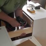 8-fixarea dulapurilor cu ajutorul unei scanduri din lemn montata pe spate