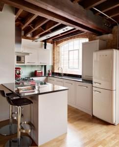8-frigider Smeg in amenajarea unei bucatarii cu mobila desfasurata pe 3 laturi