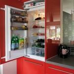 8-frigider incorporat in mobila bucatarie moderna decorata in rosu alb si gri