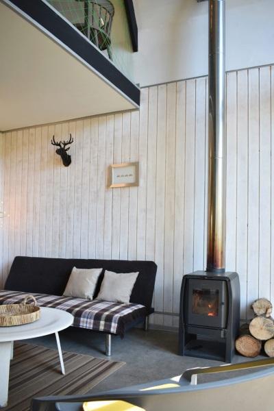 8-godin soba fier langa canapeaua din living Casa R Felipe Lagos