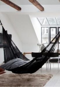 8-hamac negru din plasa in decorul unui living scandinav