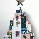 8-idee pom de Craciun montat pe perete si confectionat din cadouri asezate in forma de brad