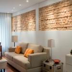 8-insertii de caramida aparenta decor perete deasupra canapelei din living