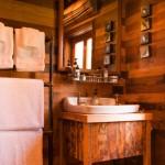 8-interior baie finisata in lemn Cabana Ciobanului ferma Annandale