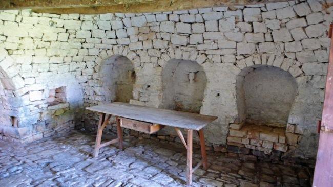 8-interior casa din piatra veche trulli orasel alberobello italia