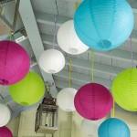 8-lampioane multicolore din panza agatate de tavanul foisorului