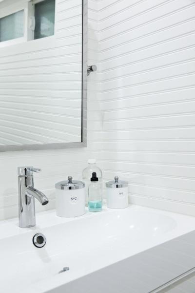8-lavoar baie mica placata cu lambriu alb casuta 17 mp
