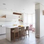 8-living si bucatarie moderne open space finisate cu parchet si gresie in culori deschise