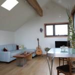 8-living si loc de luat masa casa mica 62 mp demisol si parter inalt